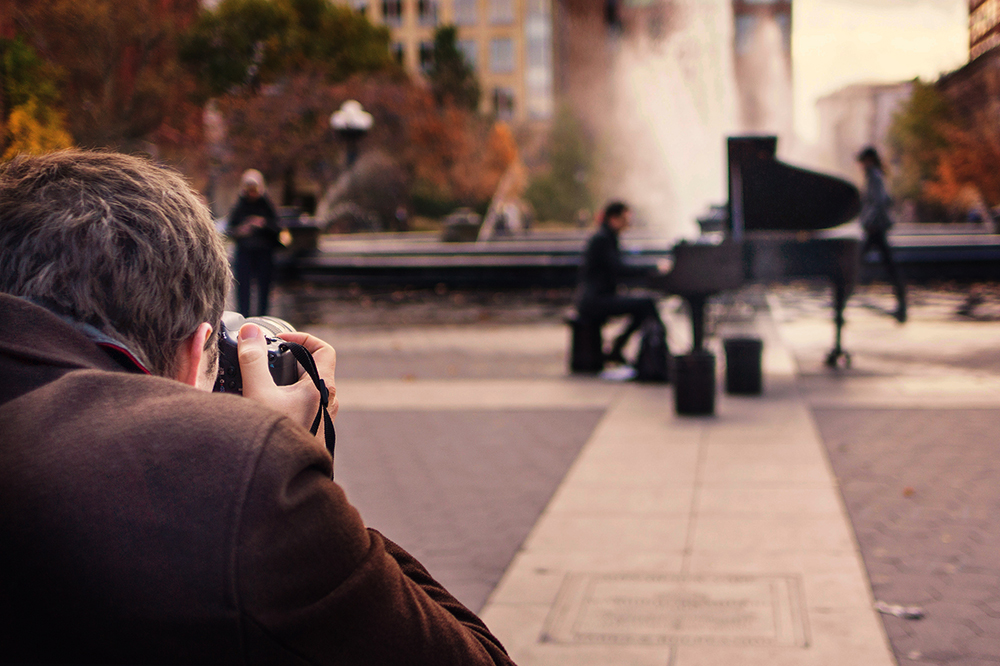 photographer street piano discreet