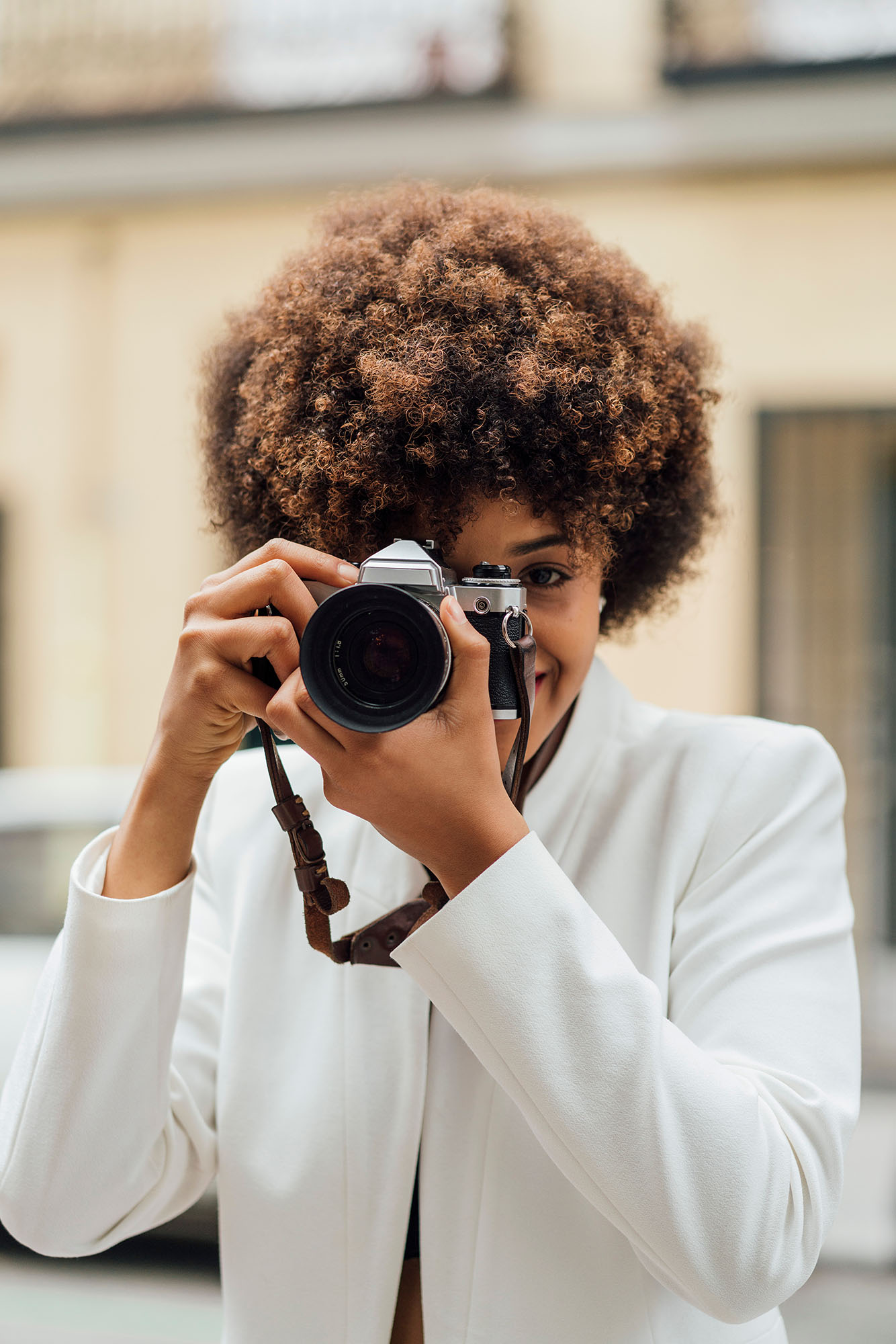 street photography portrait city people camera subject light how to tutorial guide lady with camera lens